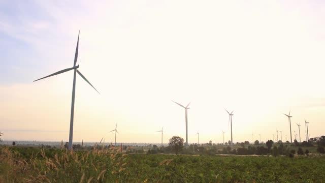 rüzgar türbinleri gündoğumu. - start stok videoları ve detay görüntü çekimi