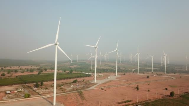 vídeos y material grabado en eventos de stock de la granja de turbinas eólicas - energía eólica