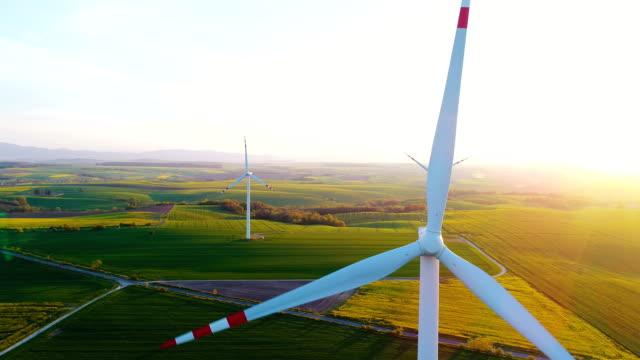 förnyelse energi - vindkraftverk i åkrar - vindsnurra jordbruksbyggnad bildbanksvideor och videomaterial från bakom kulisserna