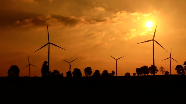 vídeos de stock, filmes e b-roll de turbinas eólicas do campo de agricultura - rústico