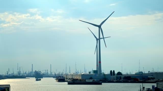 日没時のアントワープ港の風力タービン。 - 人の居住地点の映像素材/bロール