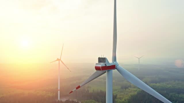 vindkraftverk i mitten av en skog på en sommar dag - vindsnurra jordbruksbyggnad bildbanksvideor och videomaterial från bakom kulisserna