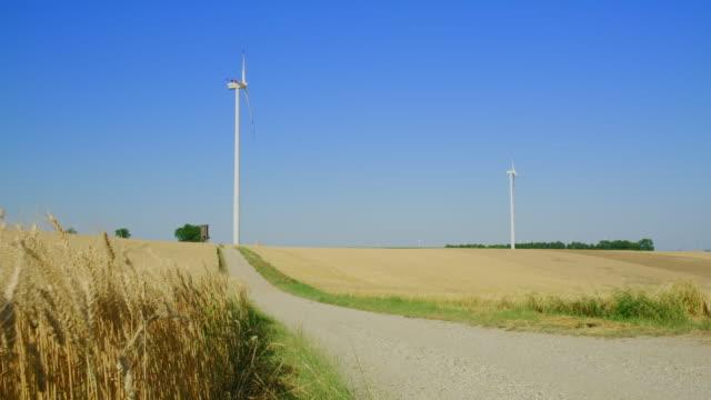 vídeos de stock e filmes b-roll de ws wind turbines in the countryside - oscilar