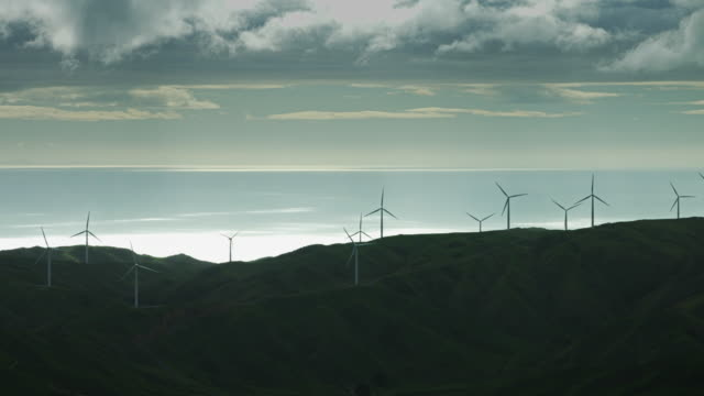 vídeos de stock e filmes b-roll de wind turbines on hazy day - wellington