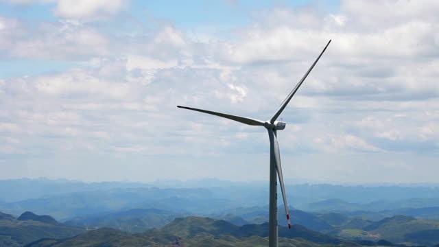 山、貴州、中国の風力タービン。 - 人の居住地点の映像素材/bロール