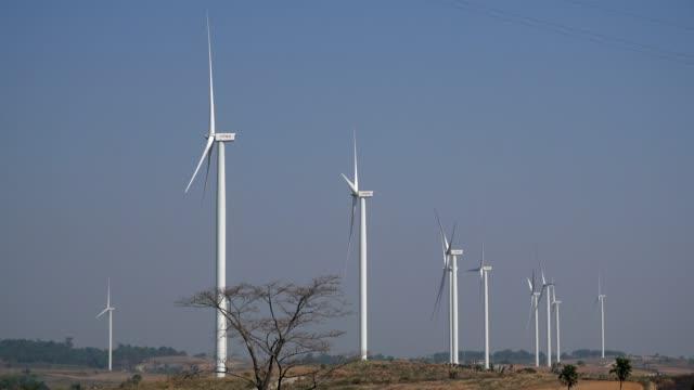 vindkraftverk som producerar förnybar energi - rådig bildbanksvideor och videomaterial från bakom kulisserna