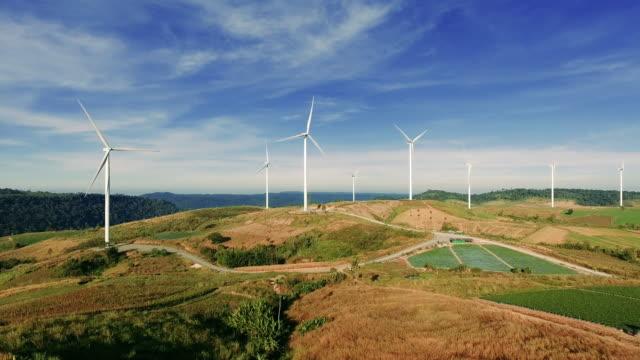 antenn: vindkraftverk. - vindsnurra jordbruksbyggnad bildbanksvideor och videomaterial från bakom kulisserna