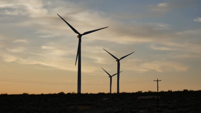 風力タービン |風力発電所 |エレンズバーグワシントンアメリカの風車 - 人の居住地点の映像素材/bロール