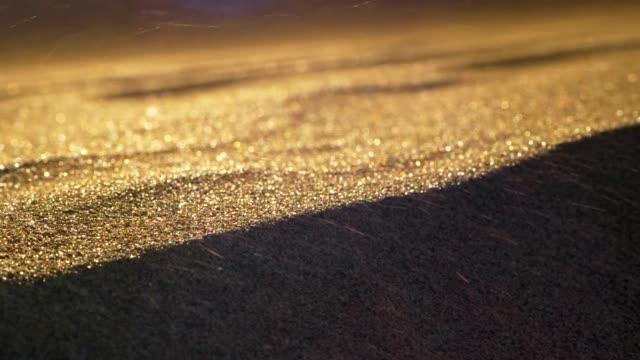 vídeos de stock, filmes e b-roll de vento acenando areia em um deserto. grãos voando rápido. tiro em câmera lenta embaçado abstrato - areia