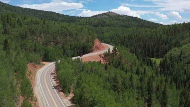 slingrande motorväg i trädtäckta berg, teller county, colorado, usa - klippiga bergen bildbanksvideor och videomaterial från bakom kulisserna