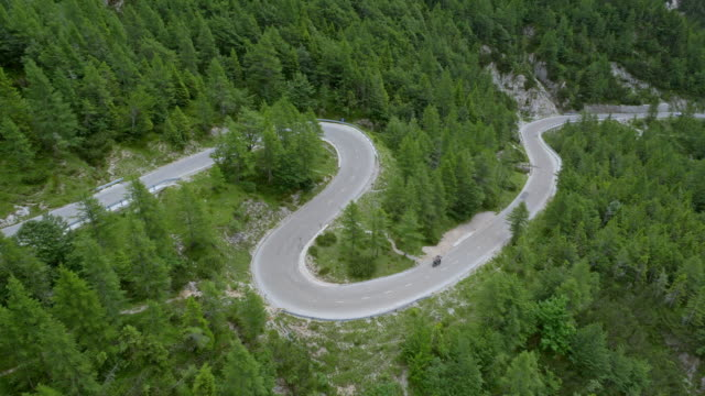 aerial winding road in the mountains - strada tortuosa video stock e b–roll