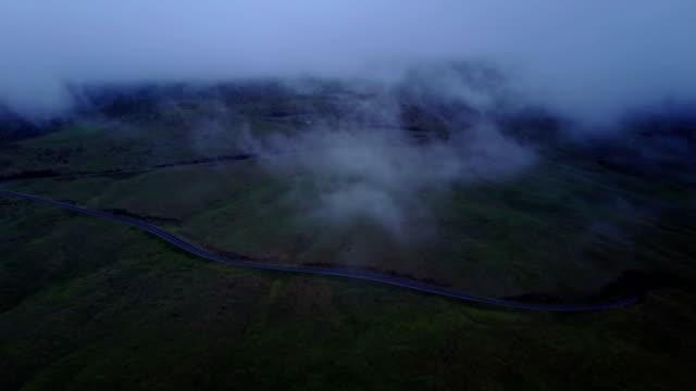 stockvideo's en b-roll-footage met kronkelende weg aan zijde van de helling van de vulkaan maui - mist donker auto
