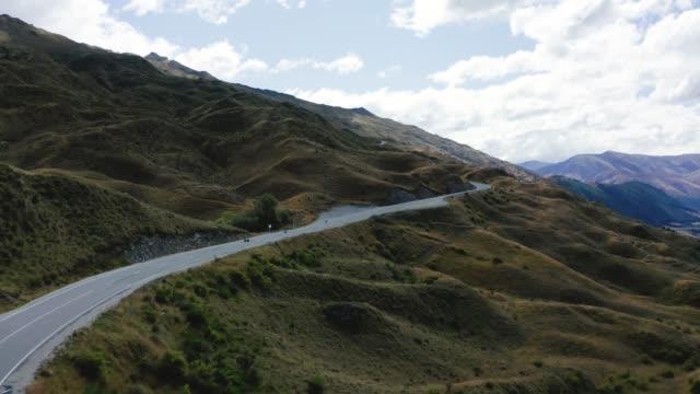 strada tortuosa verso coronet summit, popolare destinazione turistica in montagna da queenstown e arrowtown - canyon video stock e b–roll