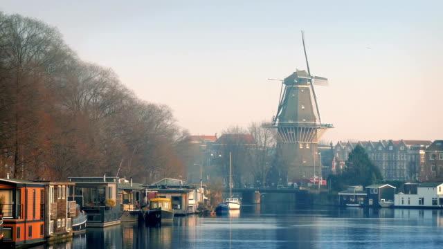 Windmühle mit Blick auf den hübschen Canal Bereich – Video
