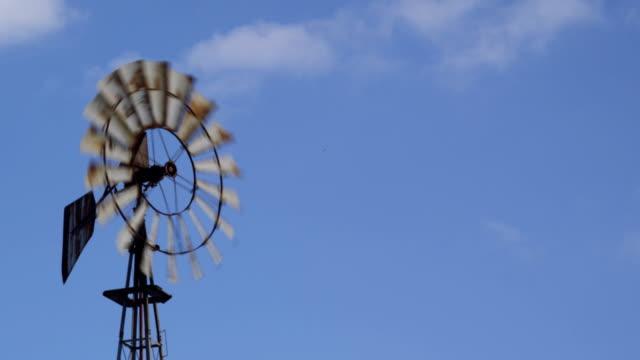 windmühle spinning unter blauen himmel mit wolken - pennsylvania stock-videos und b-roll-filmmaterial