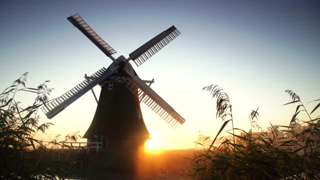 風車の日の出 - 湿地草点の映像素材/bロール