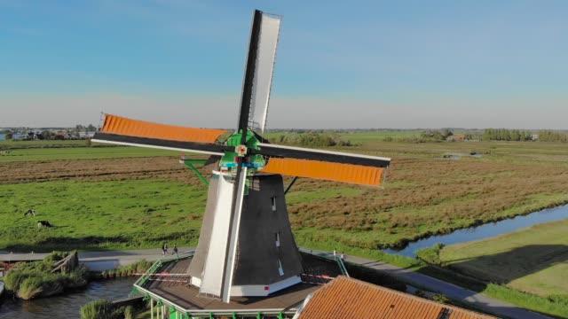 väderkvarn med spinning blad vid solnedgången - nederländerna bildbanksvideor och videomaterial från bakom kulisserna
