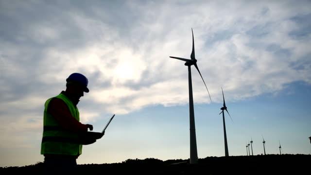 yel değirmenleri ve mühendis - rüzgar enerjisi stok videoları ve detay görüntü çekimi