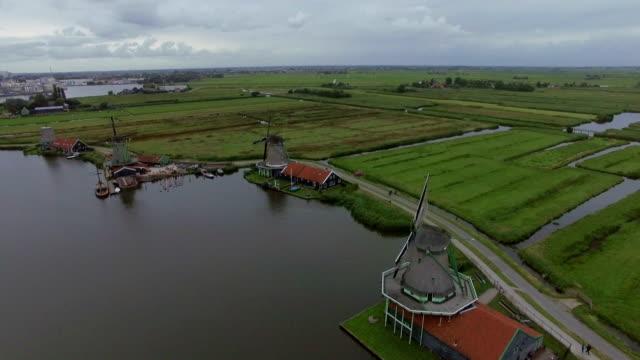 väderkvarnar och fält i holländska byn, flygfoto - drone amsterdam bildbanksvideor och videomaterial från bakom kulisserna
