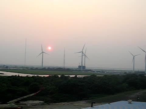 mulini a vento al tramonto - attrezzatura energetica video stock e b–roll