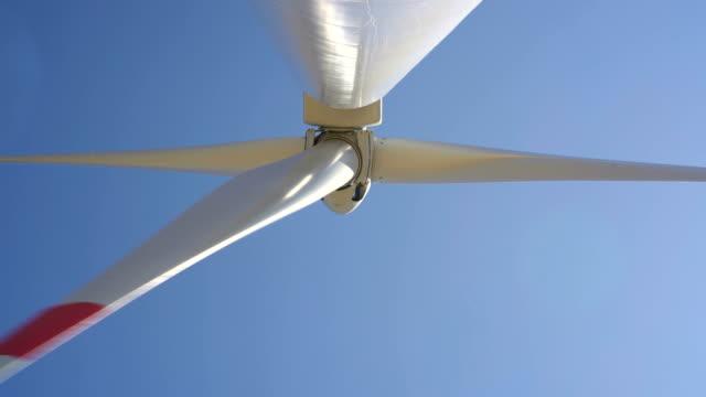 Windmühlen, die Umwandlung von Windenergie in Strom – Video
