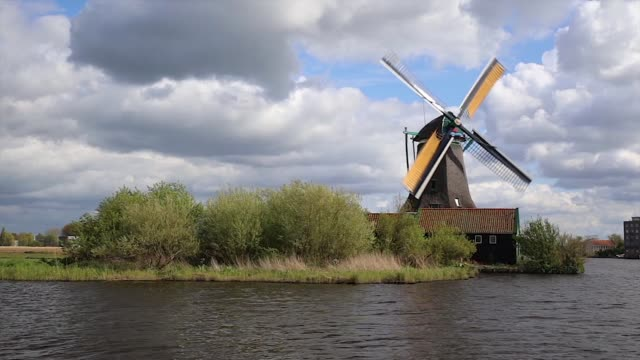 windmills in zaanse schans - netherlands - tradycja filmów i materiałów b-roll