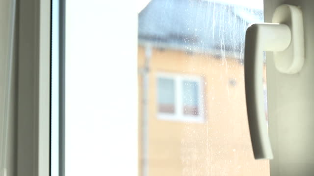 tende oscuranti per le finestre in - penombra video stock e b–roll