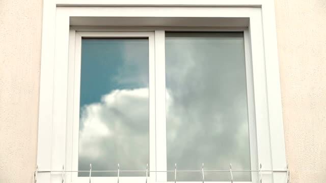 Armação de Janela com céu azul reflexo - vídeo