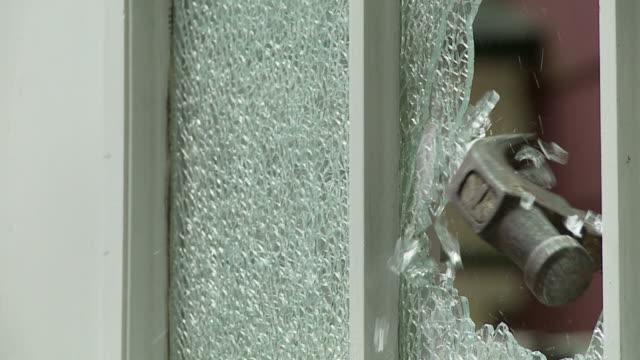 vídeos y material grabado en eventos de stock de ventana martillado - descripción física