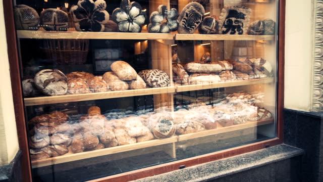 vídeos y material grabado en eventos de stock de ventana en panadería con pan fresco en temprano en la mañana, tiro de pan. - panadería