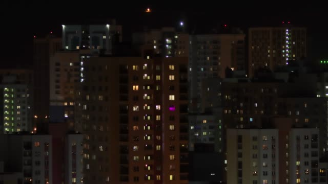 vídeos de stock e filmes b-roll de window lights of a building in time-lapse - obras em casa janelas