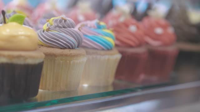 vídeos de stock, filmes e b-roll de janela de uma loja de bolo - comida salgada