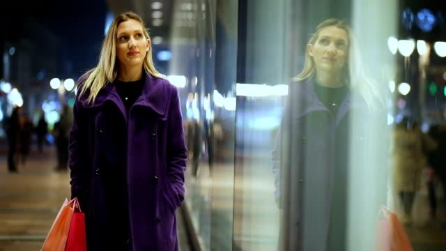 vídeos de stock, filmes e b-roll de janela de compras - moda de inverno