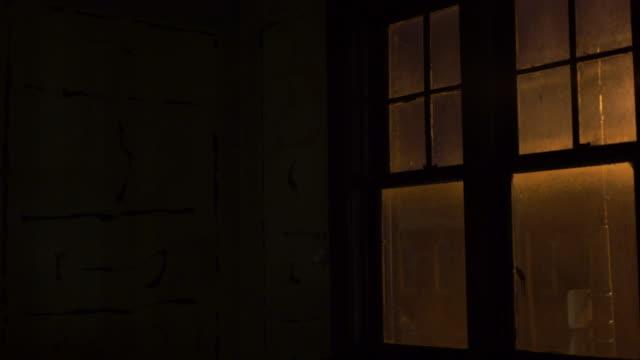 Okno krojów w opuszczony budynek przesuwanie prawej – film