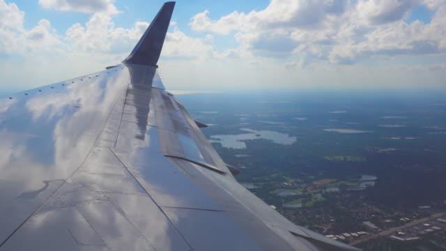window view of flight to orlando, usa - skrzydło samolotu filmów i materiałów b-roll