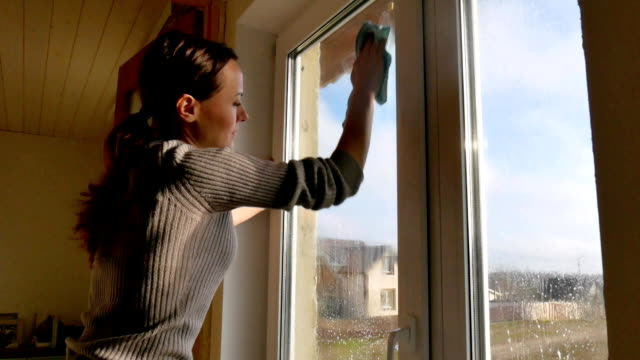 Fenster zu Hause waschen. – Video