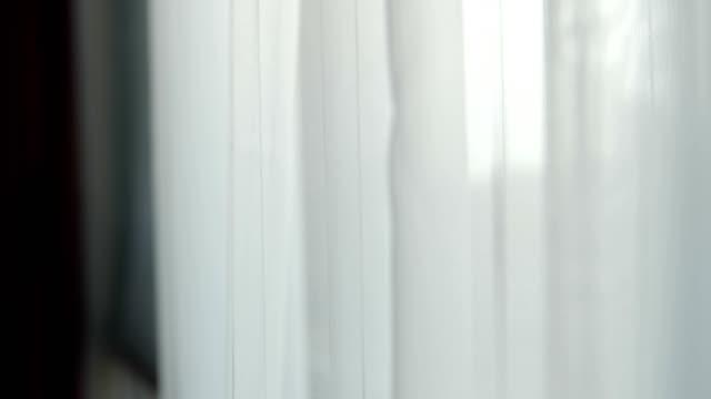 vídeos de stock e filmes b-roll de window with curtains - tule têxtil