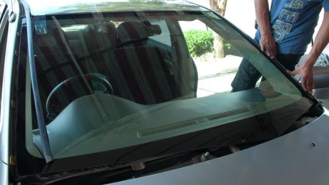 vidéos et rushes de réparation de pare-brise et installation automatique verre car accident de voiture - pare brise