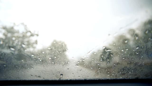 vidéos et rushes de essuie-glace compensation pluie gouttes d'orage. - pare brise