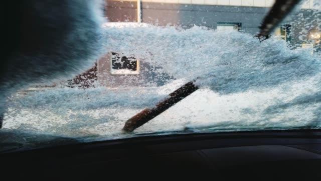 vidéos et rushes de essuie-glace essuyant la neige - pare brise
