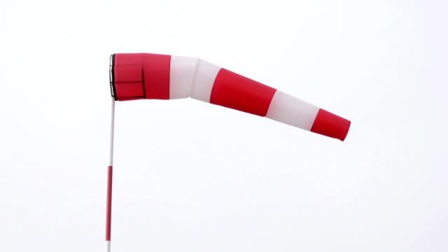 rękaw-wskaźnik wiatru przeciwko zachmurzenie nieba - rękaw filmów i materiałów b-roll