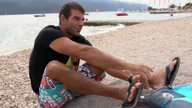ws windsurfer przygotowuje żagiel - competition filmów i materiałów b-roll