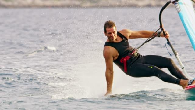 水に触れながら slo mo ウインドサーファー - エクストリームスポーツ点の映像素材/bロール