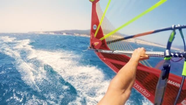 海岸線に沿ってpovウィンド サーフィン - エクストリームスポーツ点の映像素材/bロール