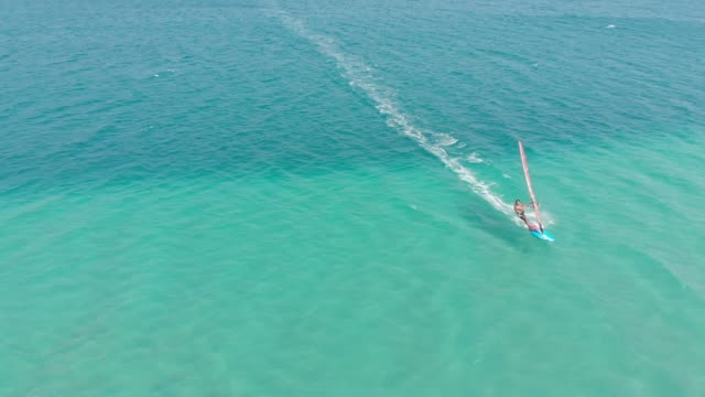 windsurfen  - freizeitaktivität im freien stock-videos und b-roll-filmmaterial