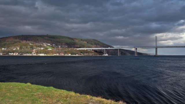 rüzgarlı gün kessock köprüsü, black isle, north coast 500 route, inverness, iskoçya - akan su stok videoları ve detay görüntü çekimi