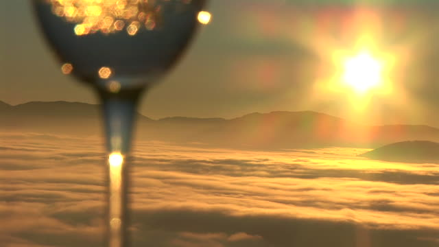 stockvideo's en b-roll-footage met hd: wine at sunrise - wijnglas