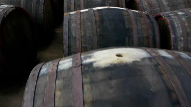 vídeos de stock e filmes b-roll de barris de vinho - barrica