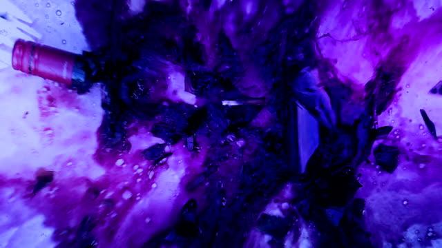 파티에서 바닥에 와인 병 파괴 - 와인병 스톡 비디오 및 b-롤 화면