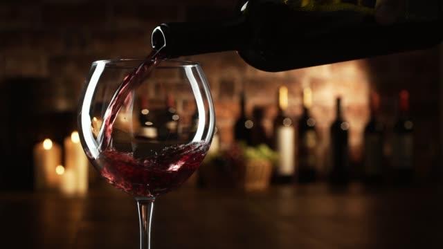 레드 와인 한 잔에 붓는 와인 전문가 - 와인병 스톡 비디오 및 b-롤 화면